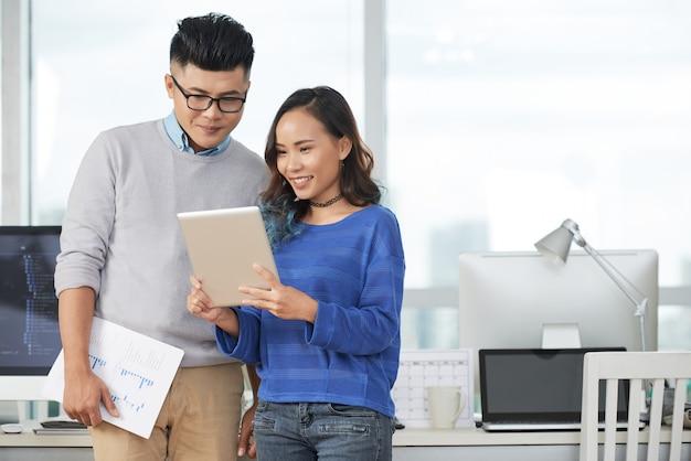 Casal de negócios com tablet
