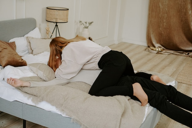 Casal de negócios na cama em quarto de hotel - abraços carinhosos