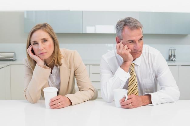 Casal de negócios não falando depois de uma discussão na cozinha