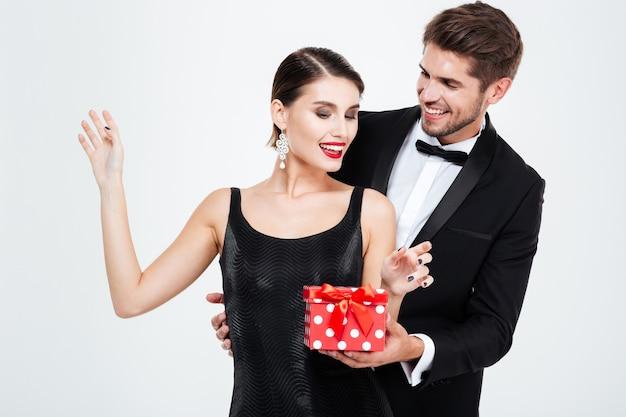 Casal de negócios sorridente com presente.