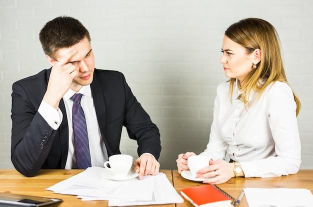 Casal de negócios trabalhando juntos em projeto no escritório de inicialização moderna.