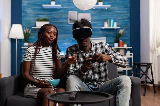 Casal de negros usando tecnologia para entretenimento