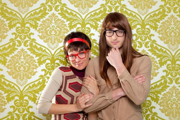 Casal de nerd humor engraçado no papel de parede vintage