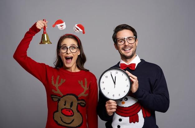 Casal de nerds anunciando a hora do natal