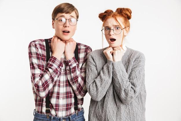 Casal de nerds da escola assustados