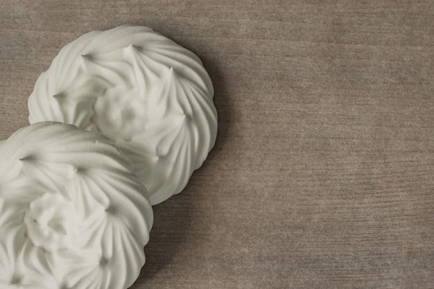 Casal de ninhos de merengue em papel pergaminho. vista do topo