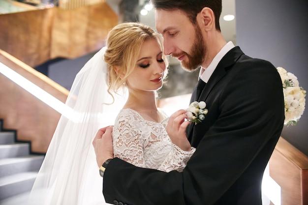 Casal de noivos abraçando e beijando, o primeiro dia