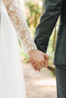 Casal de noivos, amantes noiva e noivo de mãos dadas