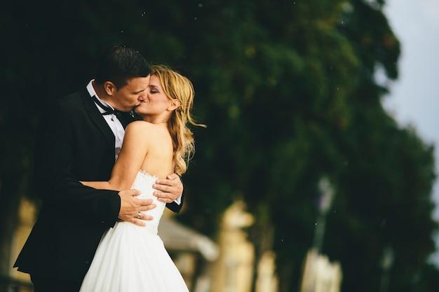 Casal de noivos ao ar livre