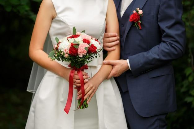 Casal de noivos com buquê de marsala