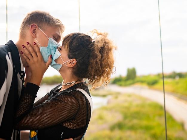 Casal de noivos com máscara, novo conceito normal