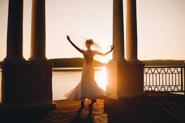 Casal de noivos com o pôr do sol