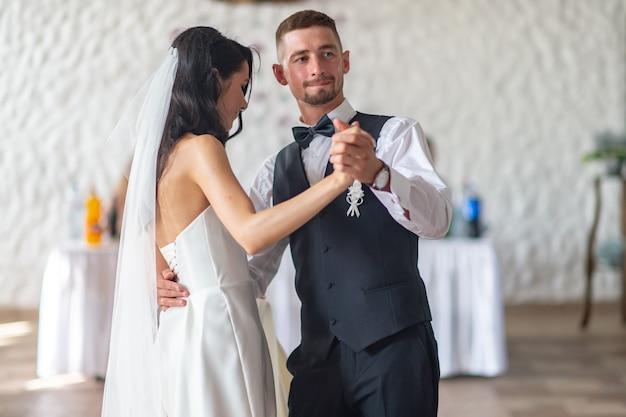 Casal de noivos dançando sua primeira dança no restaurante