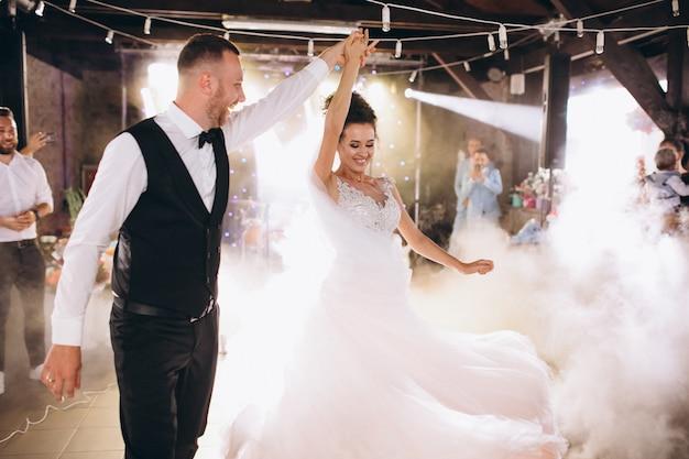 Casal de noivos dançando sua primeira dança