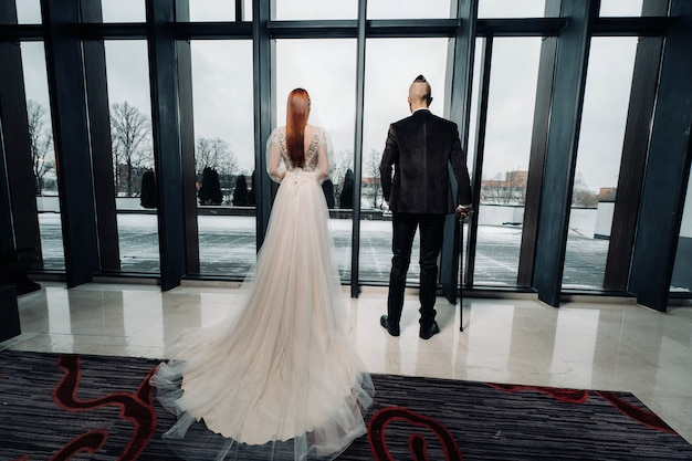 Casal de noivos elegantes no interior. noiva e noivo glamorosos