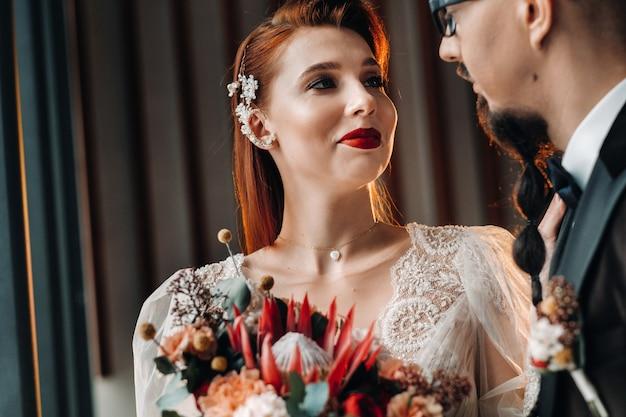 Casal de noivos elegantes no interior. noivos glamorosos.