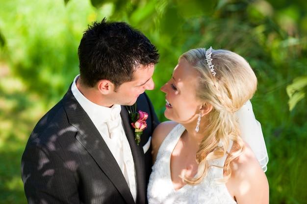Casal de noivos em ambiente romântico