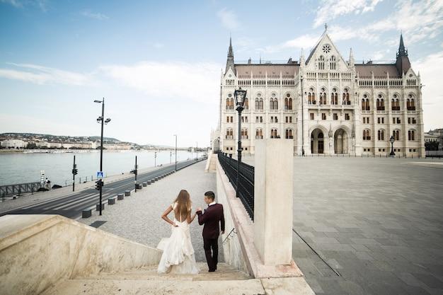 Casal de noivos em budapeste