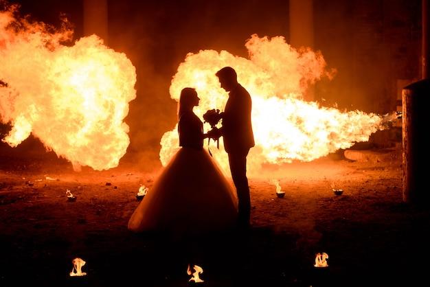Casal de noivos em trajes medievais com maquiagem de estilo vampiro