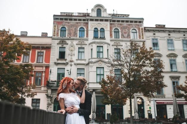 Casal de noivos em um prédio futurista