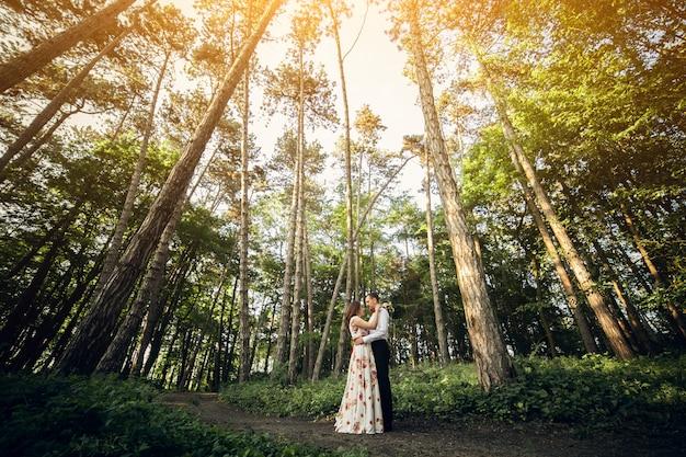 Casal de noivos em uma floresta de verão