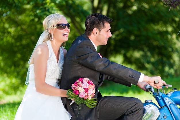 Casal de noivos em uma moto