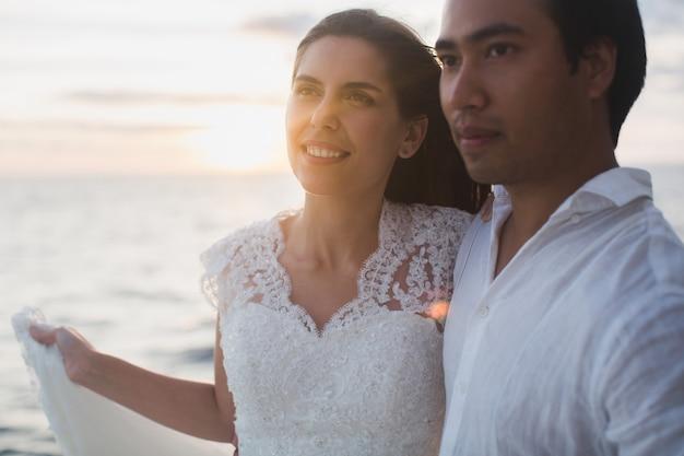 Casal de noivos está abraçando em um iate. noiva de beleza com o noivo.
