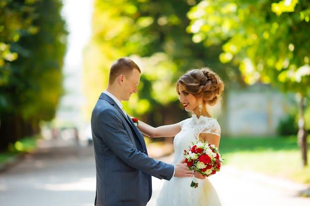 Casal de noivos linda jovem noiva e noivo