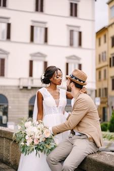 Casal de noivos multiétnicos. casamento em florença, itália