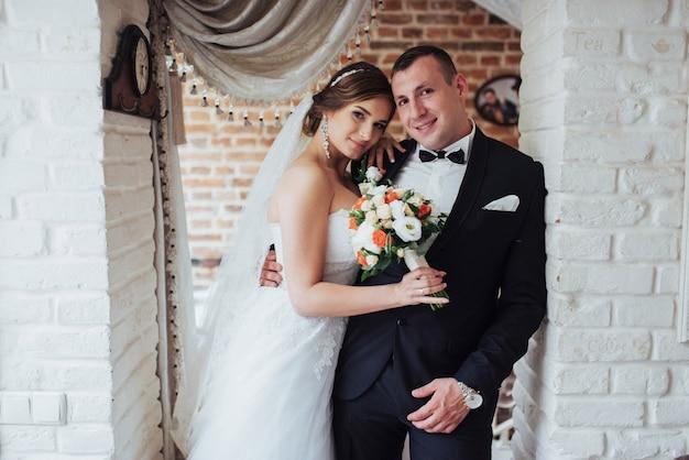 Casal de noivos na sessão de fotos