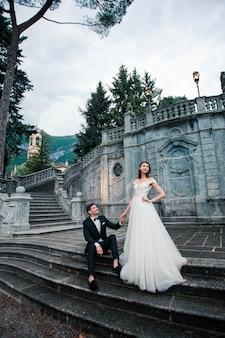 Casal de noivos nas escadas no parque