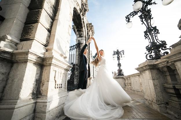Casal de noivos no dia do casamento em budapeste