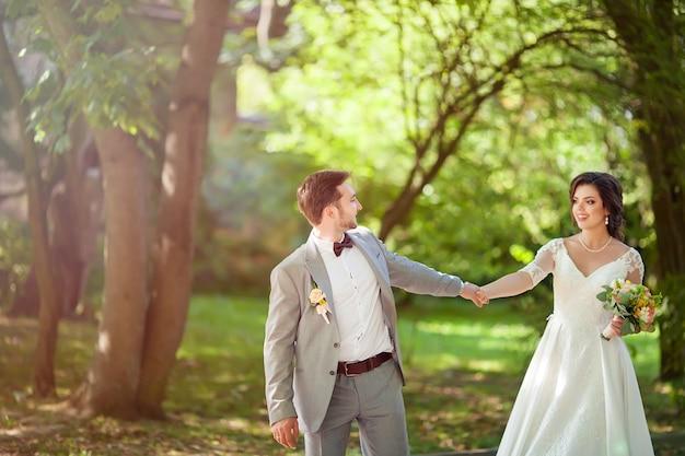 Casal de noivos no parque
