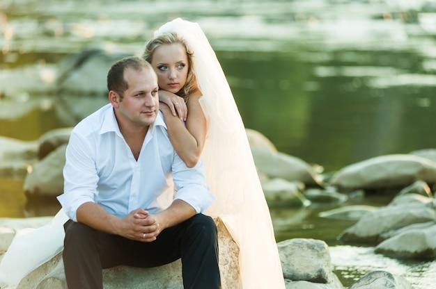 Casal de noivos no rio