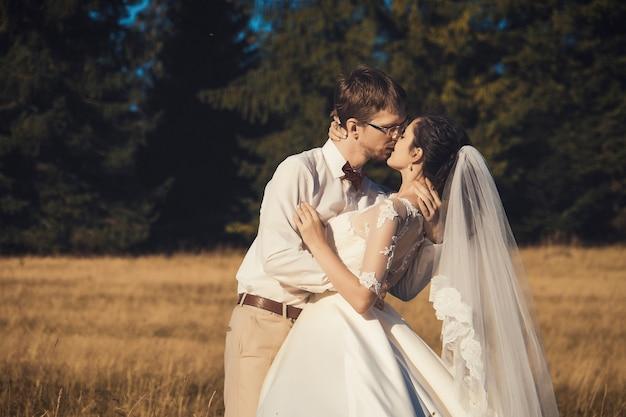 Casal de noivos. noiva e noivo na floresta, horário de verão.