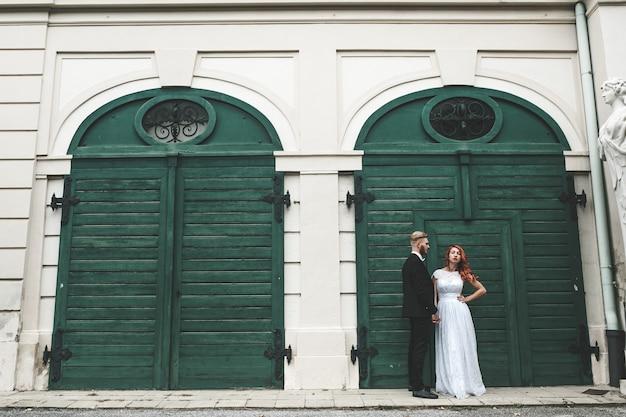 Casal de noivos passeando pela propriedade de belvedere em viena