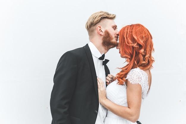 Casal de noivos passeando