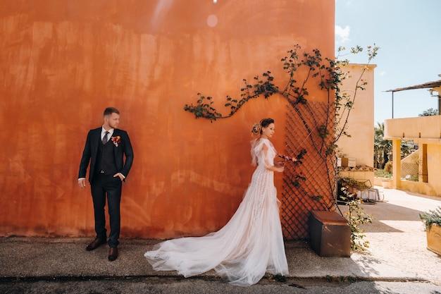 Casal de noivos perto de uma villa em france.wedding em provence.wedding sessão de fotos na frança.