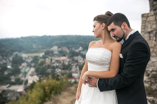 Casal de noivos posando para a câmera
