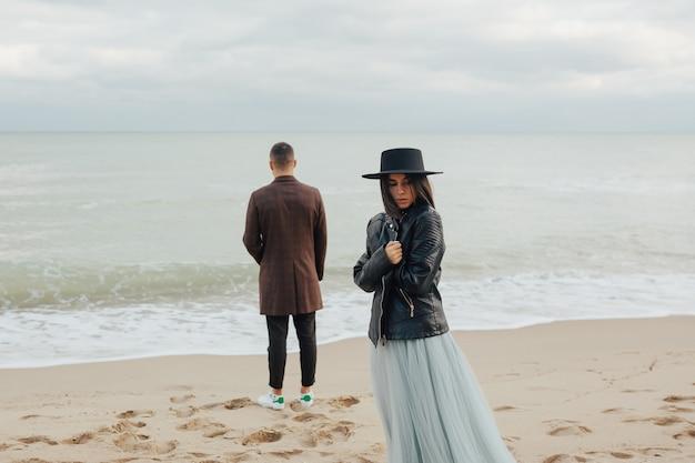 Casal de noivos românticos apaixonados na praia do mar.