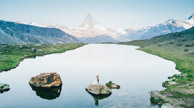 Casal de noivos se casando nas montanhas na suíça