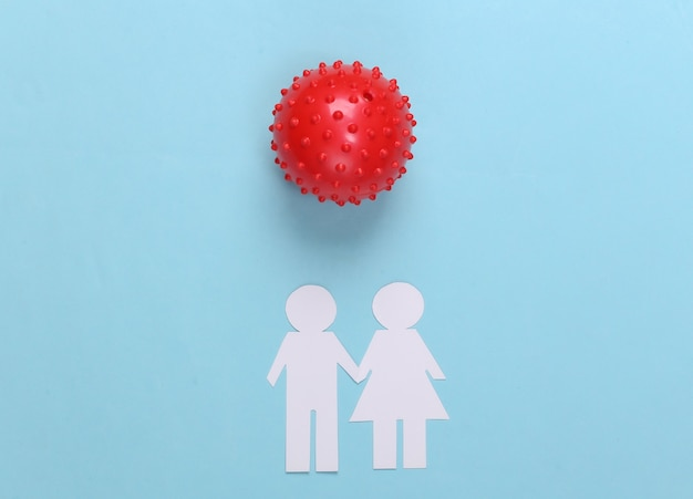Casal de papel juntos e cepa de modelo de vírus em um azul. covid-19