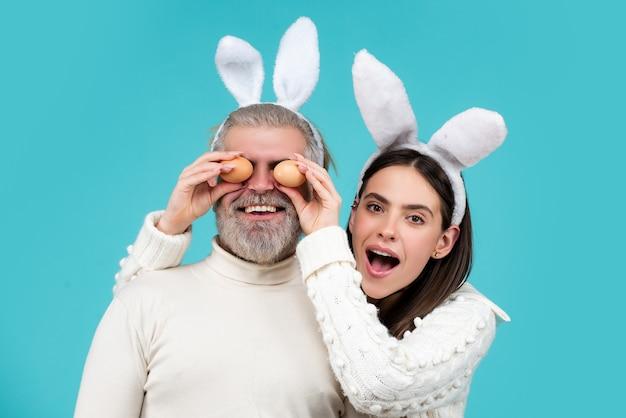 Casal de páscoa casal feliz e sorridente com ovos de páscoa
