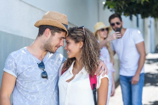 Casal de quadril olhando uns aos outros na rua