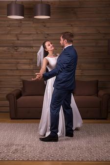 Casal de recém-casados dançando dança de casamento