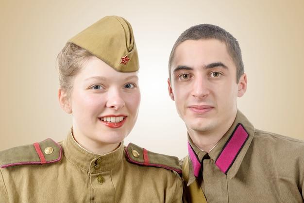 Casal de retrato em uniforme militar russo