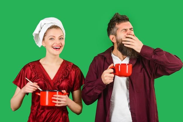 Casal de rotina matinal toma café da manhã anunciando casal relacionamento familiar café da manhã cópia espaço