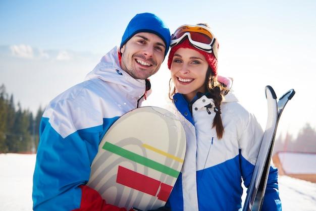 Casal de snowboarders nas férias de inverno