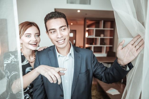 Casal de sucesso. jovem casal de sucesso chegando ao hotel enquanto estava em outro país em viagem de negócios