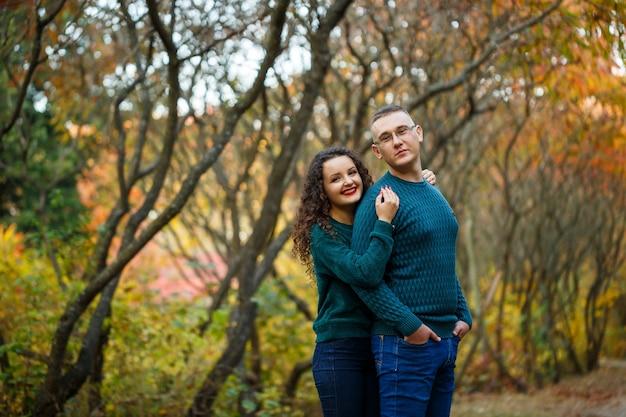 Casal de suéteres no parque outono